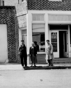 3_ppl_in_front_of_store_unknown